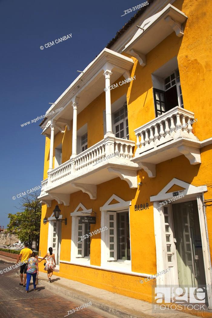 Imagen: Tourists near the colorful colonial buildings with balconies at the historic center, Cartagena de Indias, Bolivar Region, Colombia , South America.