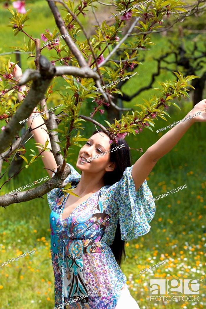 Stock Photo: ragazza in campagna.