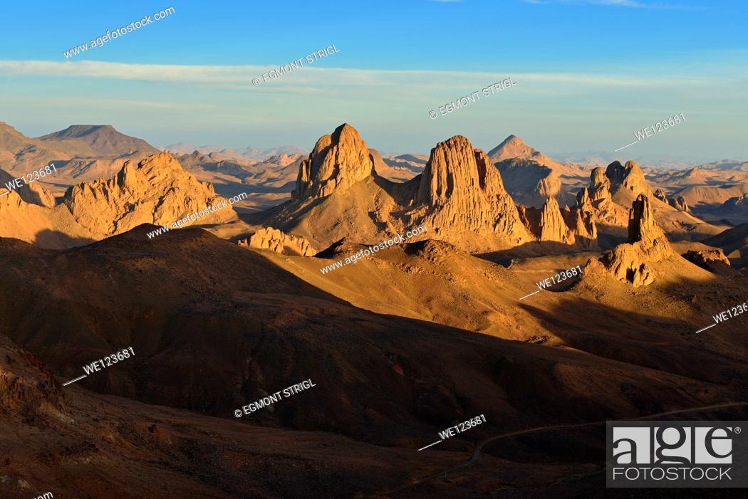 Imagen: Sunset view from Assekrem, volcanic rocks, landscape of Atakor, Hoggar, Ahaggar Mountains, Wilaya Tamanrasset, Algeria, Sahara, North Africa.