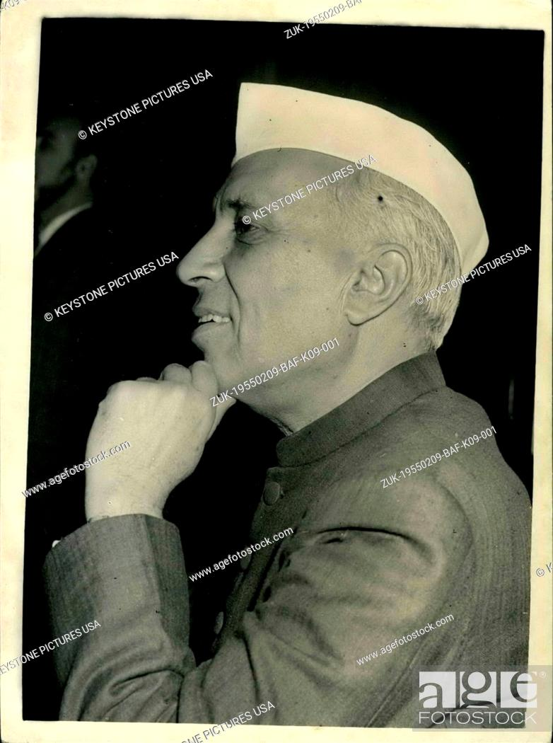 Imagen: Feb. 09, 1955 - Indian Prime Minister Holds Press Conference With Handon His Chin: Mr. Jawaharial Nehru the Prime Minister of India - held a press conference at.