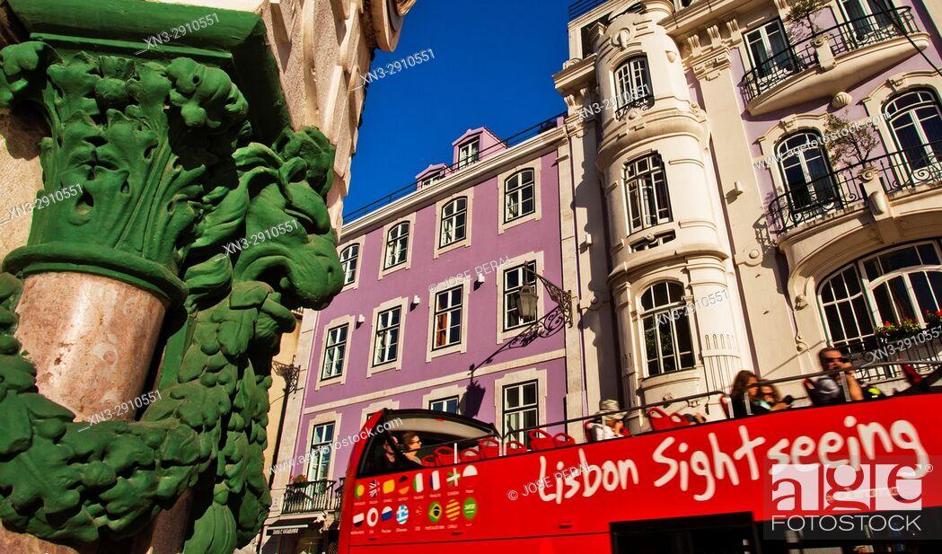 Imagen: Lisbon sightseeing bus, at right Internacional Design Hotel Boutique Hotel Lisbon, Rua da Betesga, at left Praça Dom Pedro IV street, Rossio square.