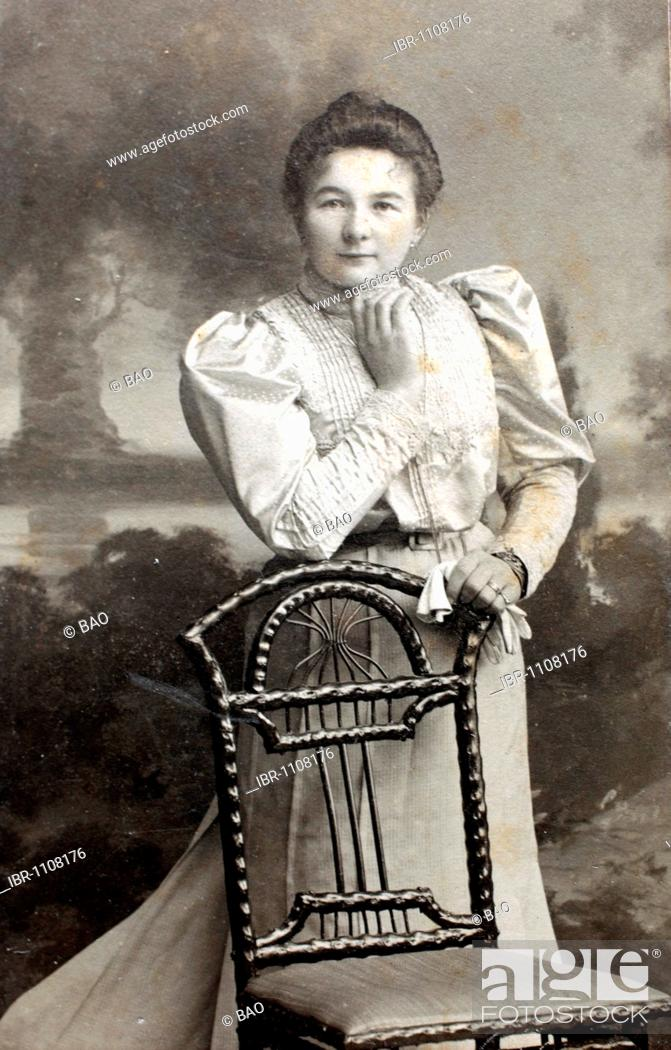 Imagen: Historical photo, woman with a chair, 1901, Lower Bavaria.