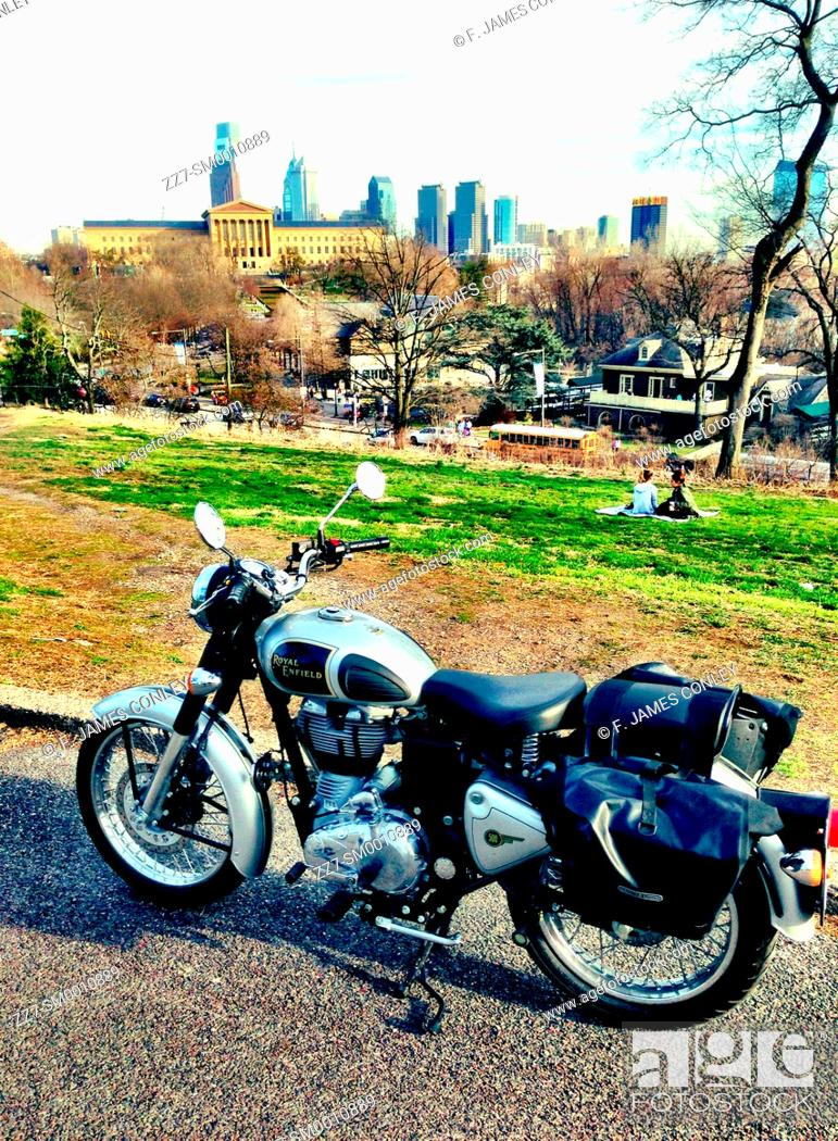 Imagen: A motorcycle with the Philadelphia skyline in the background.