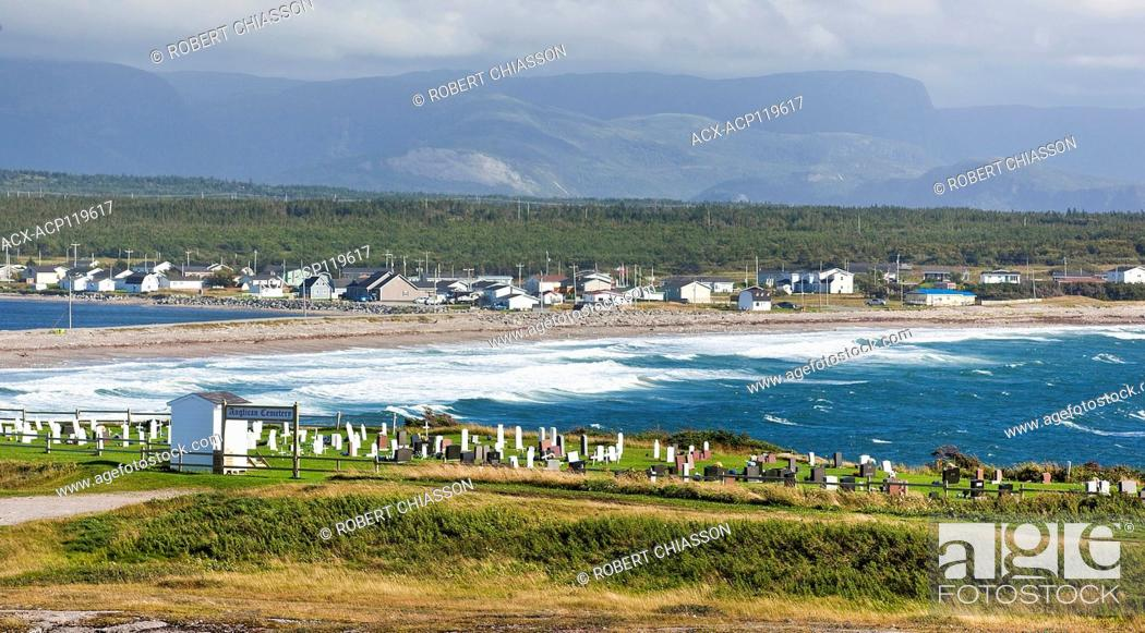 Imagen: Anglican cemetery overlooking the isthmus and town of Cow Head. The body of water on the right is Shallow Bay which itself is part of the Gulf of St.