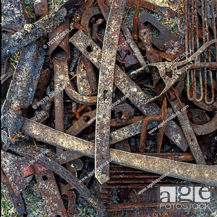 Imagen: Old rusted objects.