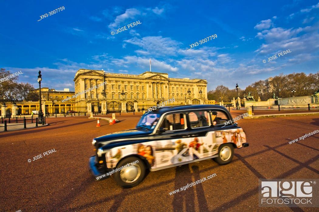 Stock Photo: Cab, Taxi, Buckingham Palace, City of Westminster, London, England, UK, United Kingdom, Europe.