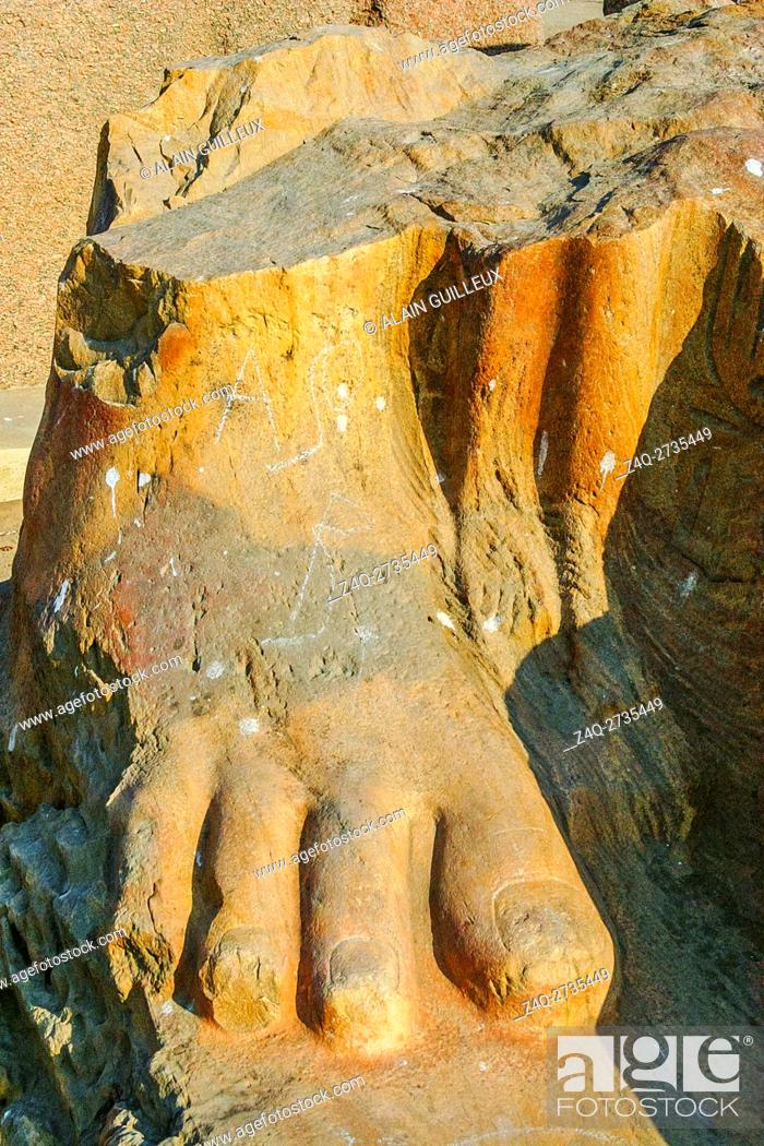 Imagen: Egypt, Nile Delta, Tanis, exhibition of several ancient artifacts : Foot of a colossus.