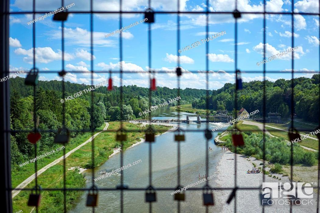 Imagen: Deutschland, Bayern, Pullach, Liebesschlösser an einer Brücke über der Isar.