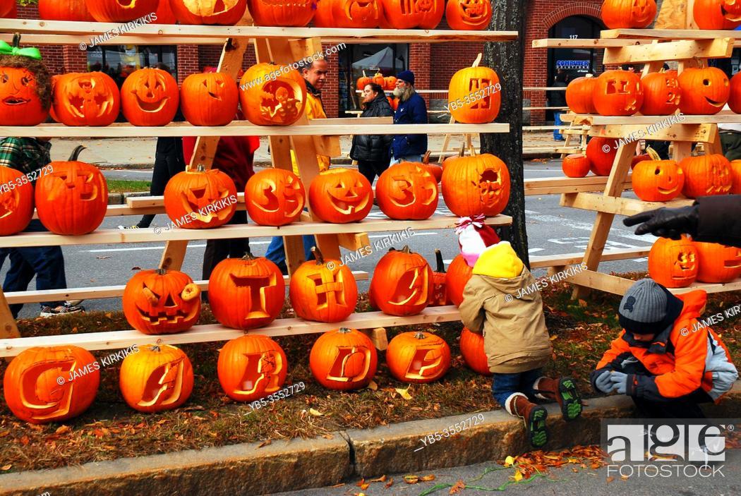 Imagen: Kids enjoy carving their pumpkin at a festival in Keene, New Hampshire.