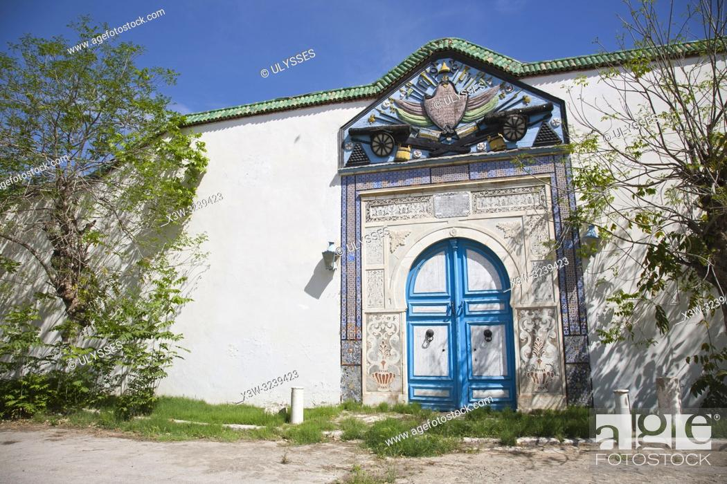 Imagen: Door of the Royal Palace, courtyard of the Bardo National Museum, Tunis, Tunisia, Africa.