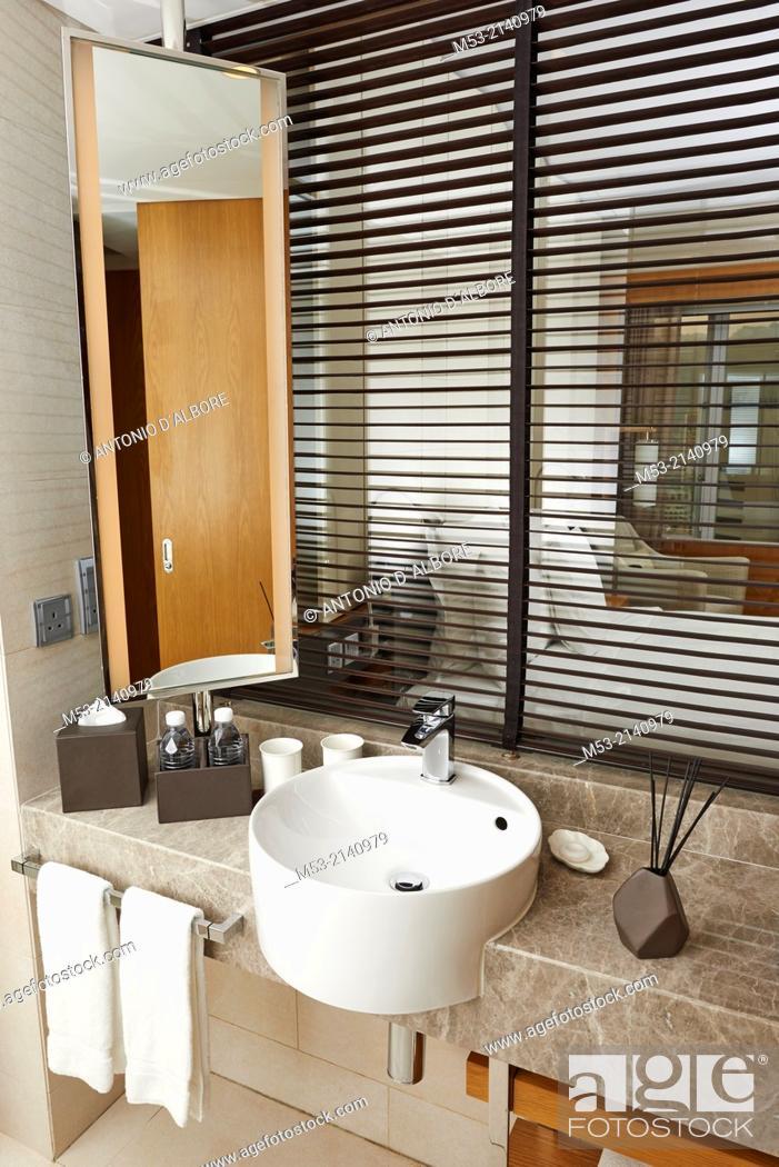 Imagen: A luxury bathroom.