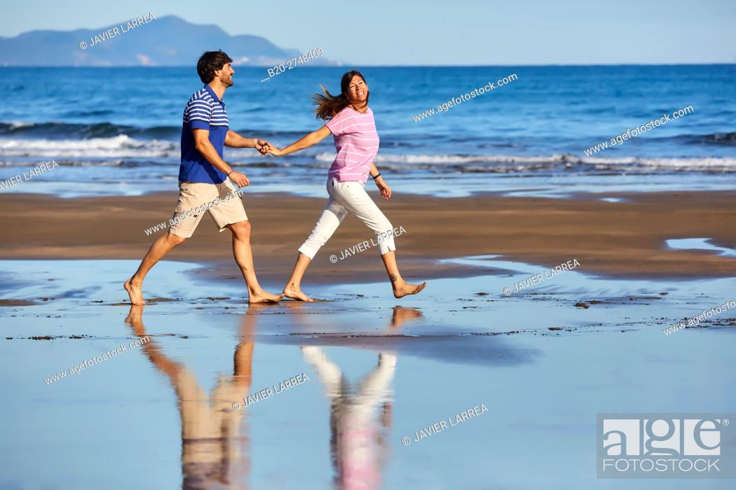 Imagen: Couple on the beach, Zumaia, Gipuzkoa, Basque Country, Spain, Europe.