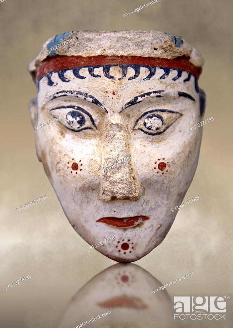 Imagen: A unique plaster head of a women, possibly a goddess of sphinx, one of the few examples of Mycenaean plater art. The severe expression is excentualted by red.