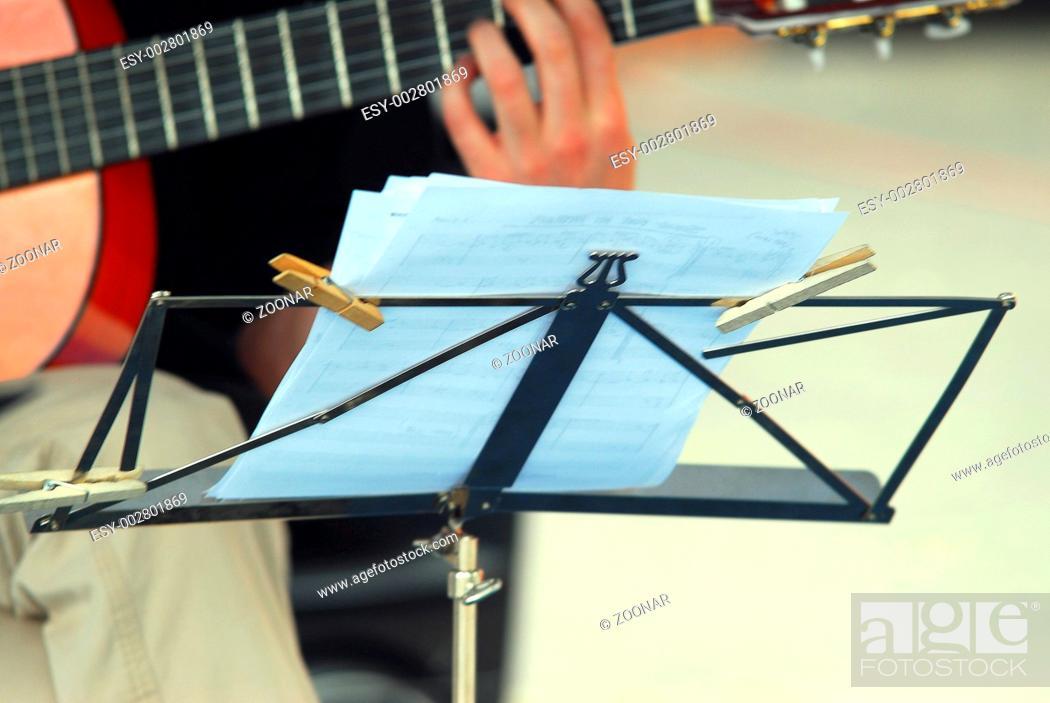 Stock Photo: Notenpult für Guitarre.