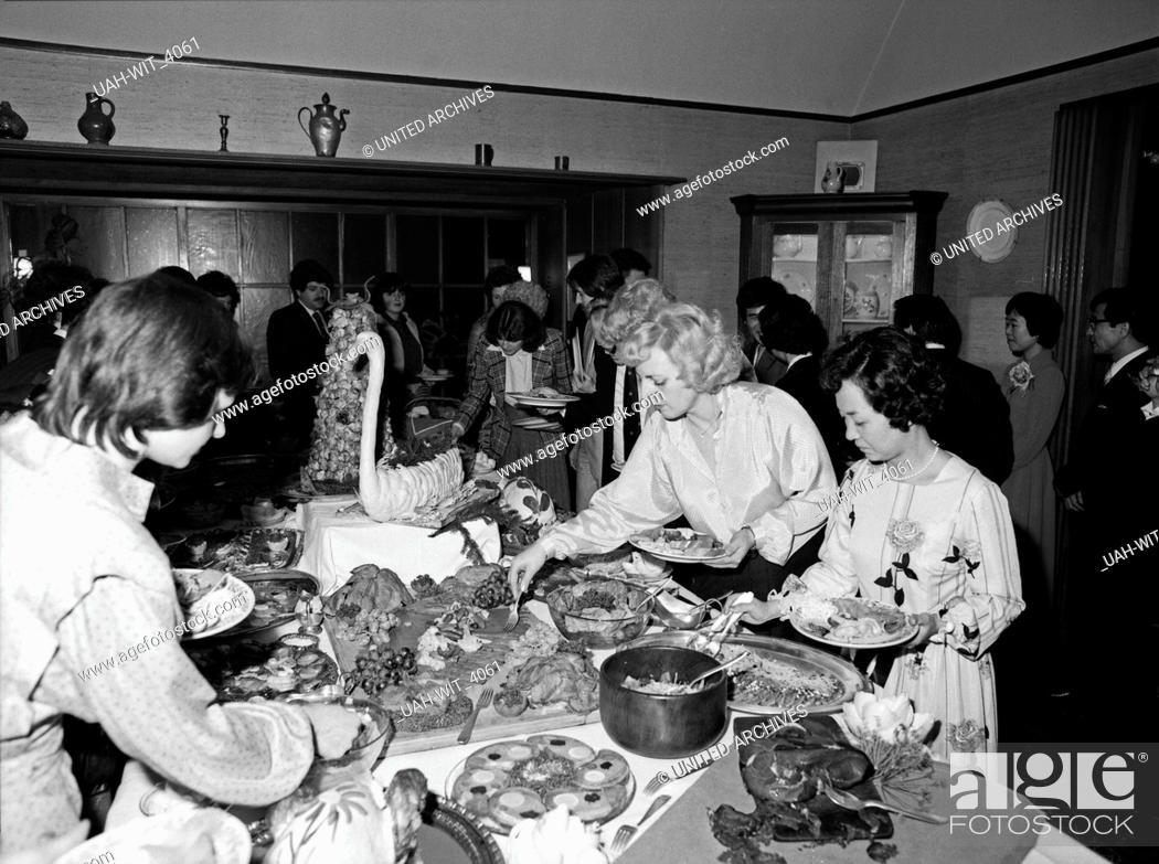 Stock Photo: Ausgelassene Stimmung auf einer Weihnachtsfeier mit Rede, Buffett und anschließendem Tanz, Deutschland 1980er Jahre. People having a christmas party.
