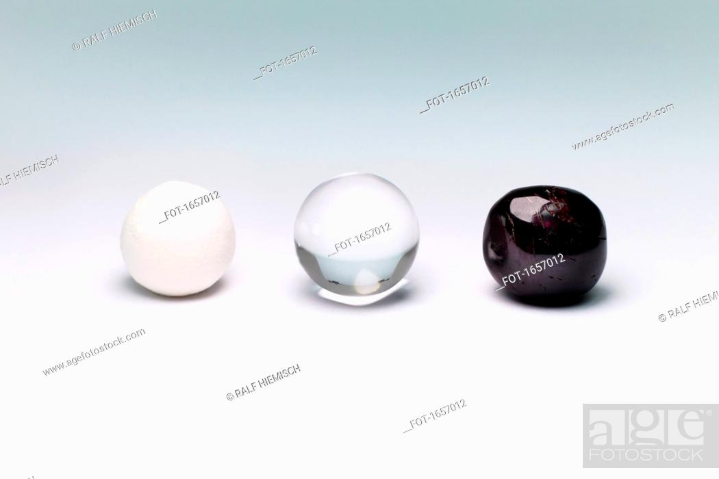 Imagen: Various marbles arranged on white background.