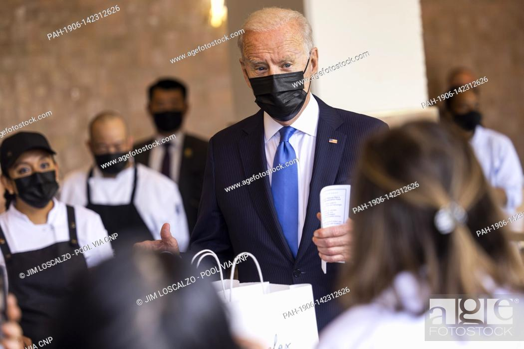 Imagen: United States President Joe Biden speaks to workers as he picks up tacos during a visit to Las Gemelas Restaurant in Washington, DC, USA, 05 May 2021.