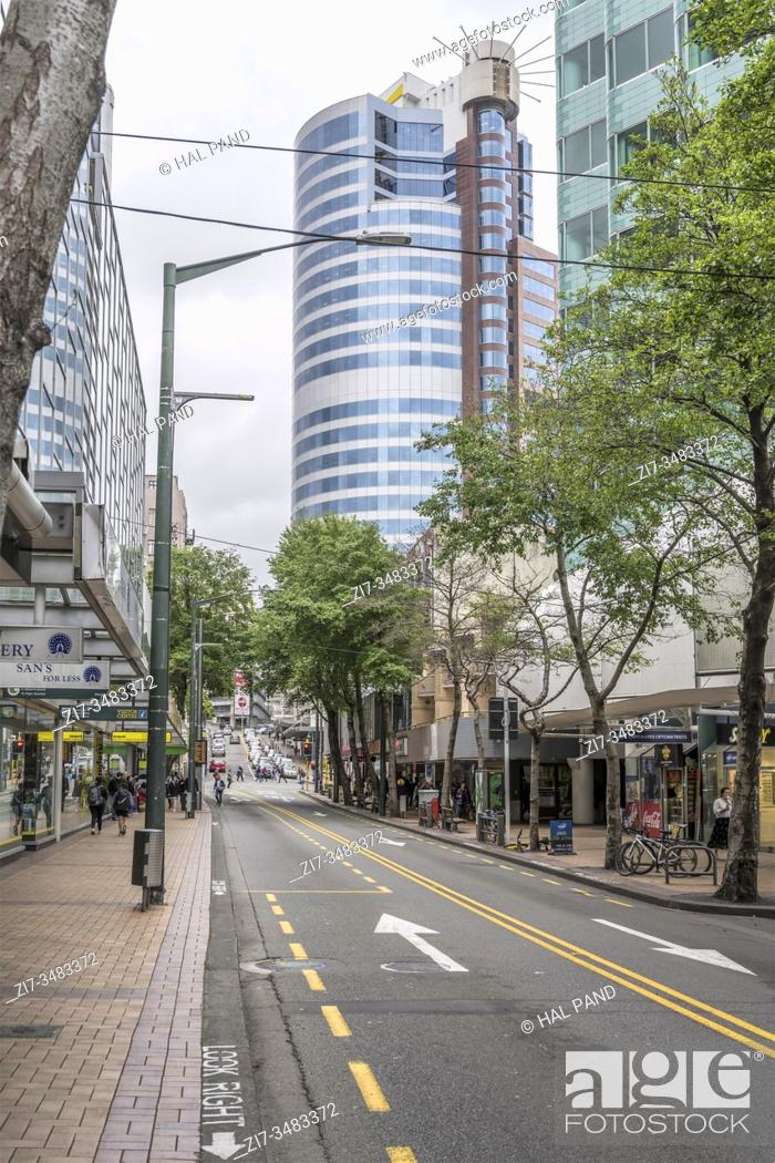 Imagen: WELLINGTON, NEW ZEALAND - November 13 2019: cityscape with tall modern buildings on tree-lined commercial street at downtown.