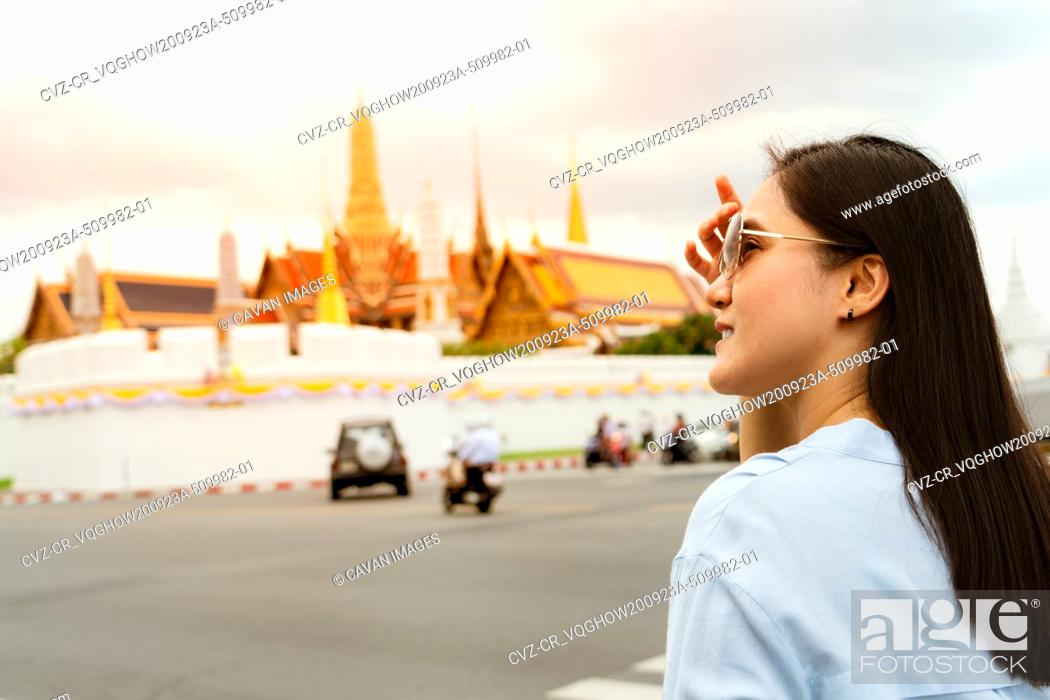 Photo de stock: Young Woman traveling to Grand palace and Wat phra keaw at sunse.
