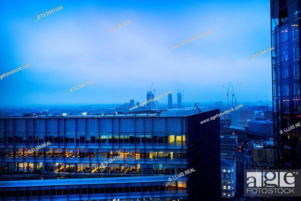 Stock Photo: Vista parcial de la ciudad con edificios de viviendas y oficinas en primer plano al atardecer con las luces encendidas. Londres, Bankside, Tate Modern, UK.