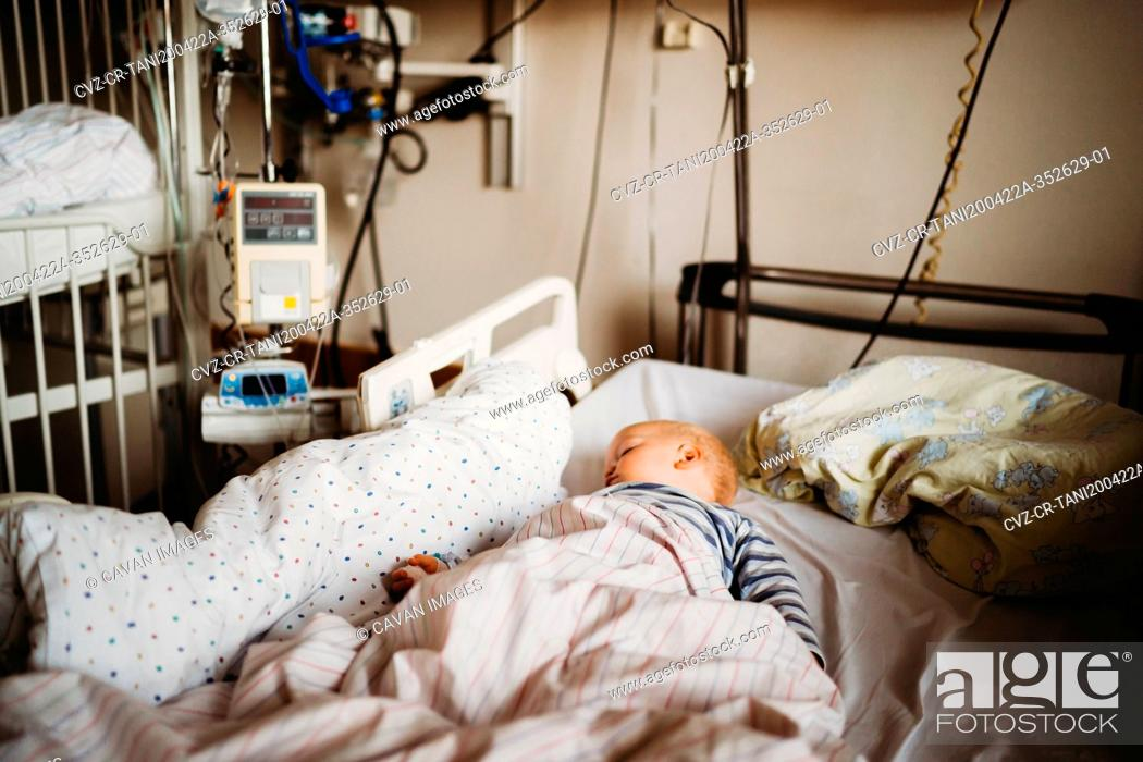 Imagen: Baby at the hospital sick with a virus coronavirus covid19.