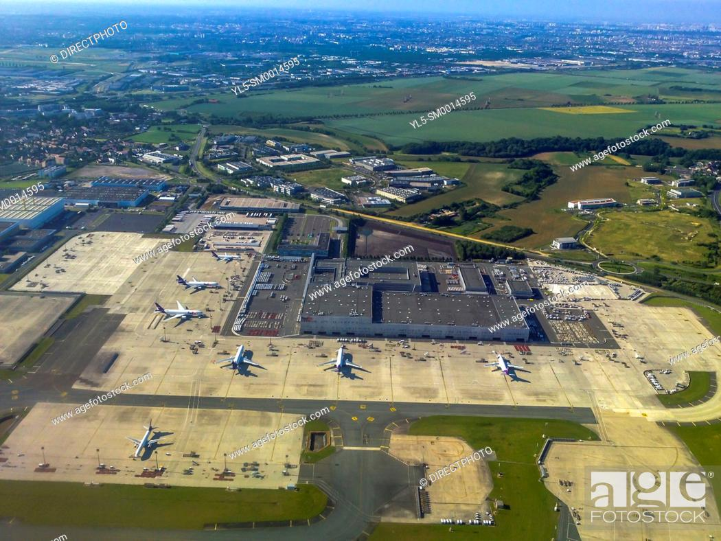 Imagen: Dusseldorf, Germany, Aerial View, International Airport, from Airplane.