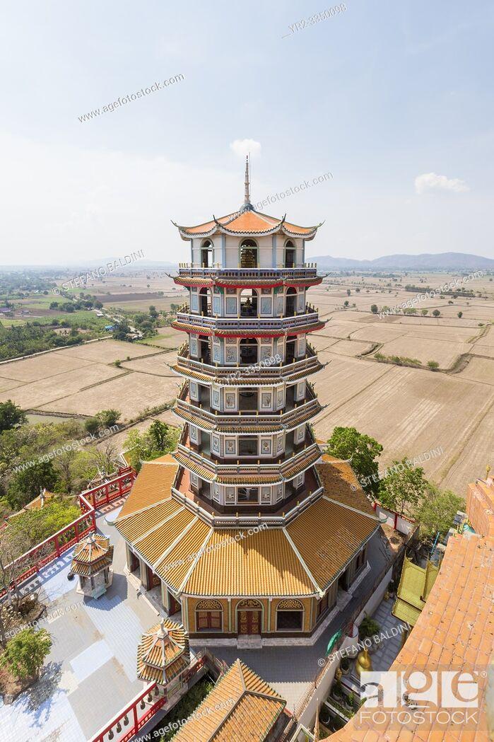 Imagen: Tall chinese pagoda at Wat Tham Khao Noi temple complex, Kanchanaburi, Thailand.