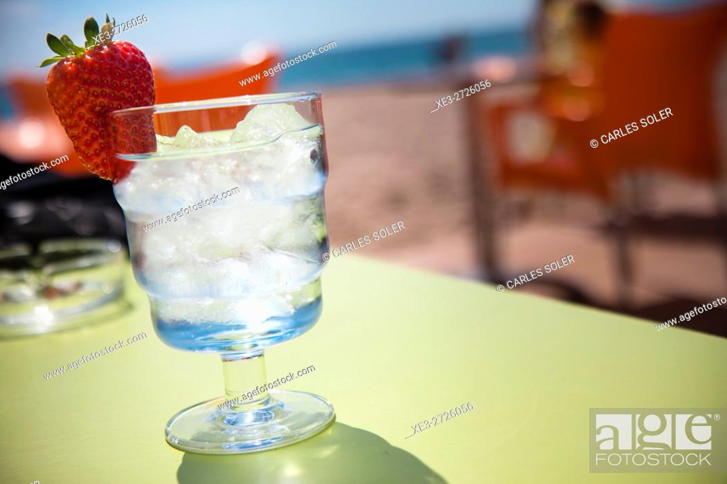 Imagen: Cold drink on the beach.