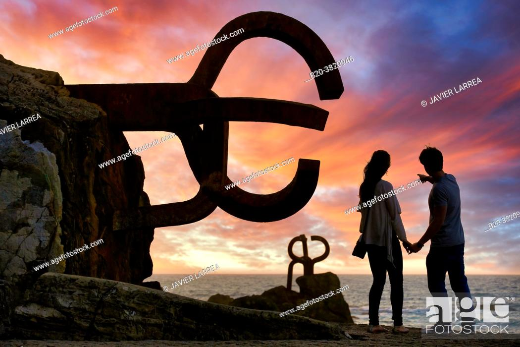 "Photo de stock: Couple, ""Peine del Viento †, Eduardo Chillida, Donostia, San Sebastian, Gipuzkoa, Basque Country, Spain."