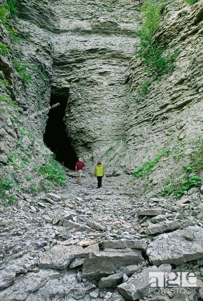 Stock Photo: Grotto, Grotte-à-la-Patate, Anticosti, Québec, Canada.
