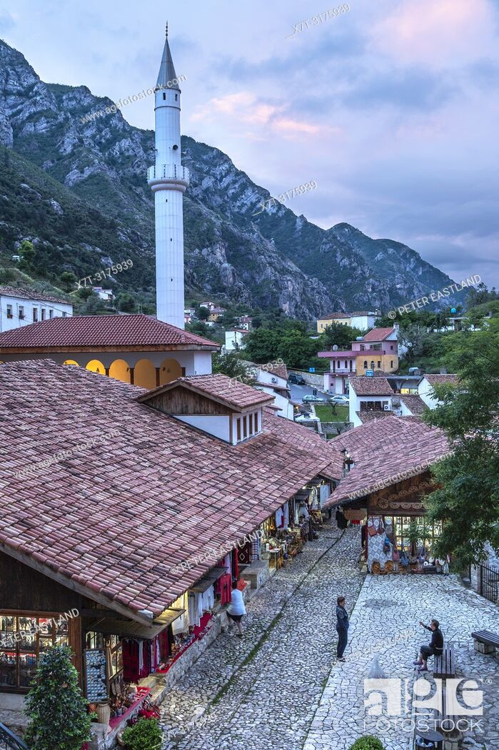 Imagen: Looking down on the bazaar and Mosque in Kruja, central Albania.
