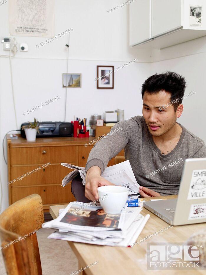 Imagen: Man reading newspaper at home.