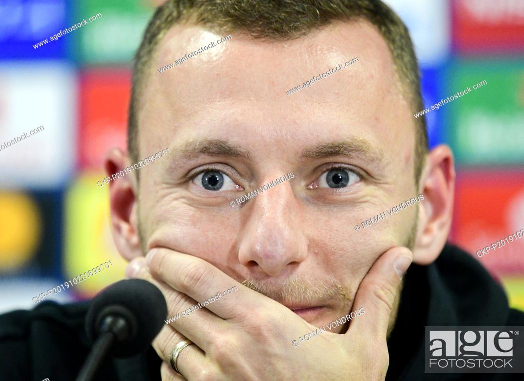 Imagen: Soccer player Vladimir Coufal speaks during the press conference prior to the Football Champions League group F 3rd round match Slavia Praha vs FC Barcelona in.