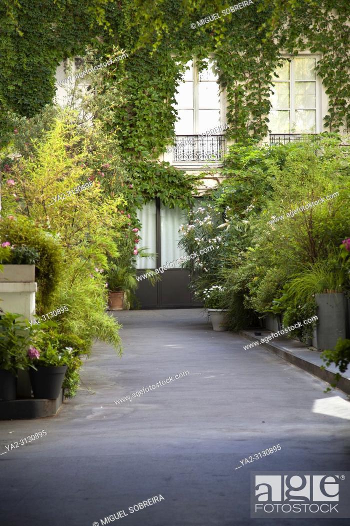 Imagen: Parisienne Courtyard - Paris, France.