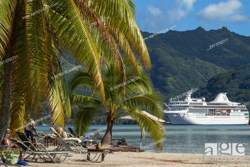 Imagen: Paul Gauguin docked in the Island of Taha'a, French Polynesia. Motu Mahana palm trees at the beach, Taha'a, Society Islands, French Polynesia, South Pacific.