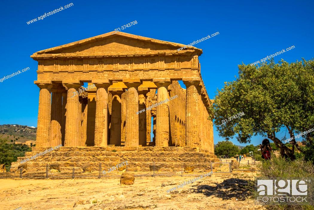 Photo de stock: ruin of Temple of Concordia at Valley of the Temples in Agrgento, Sicilly, Italy.