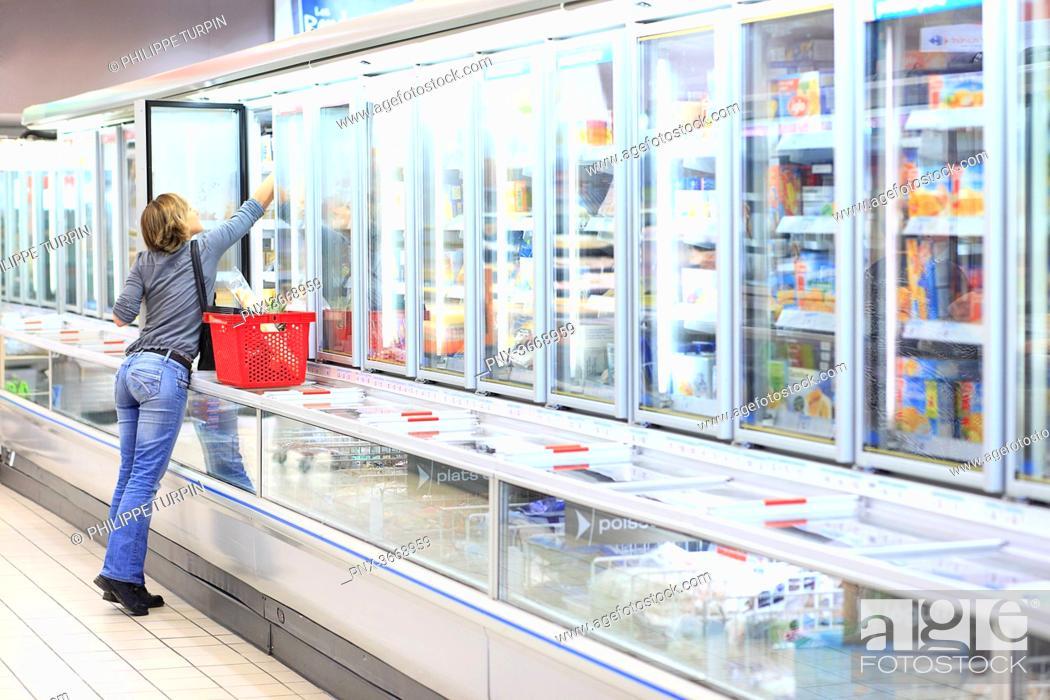 Imagen: France, woman in a supermarket.
