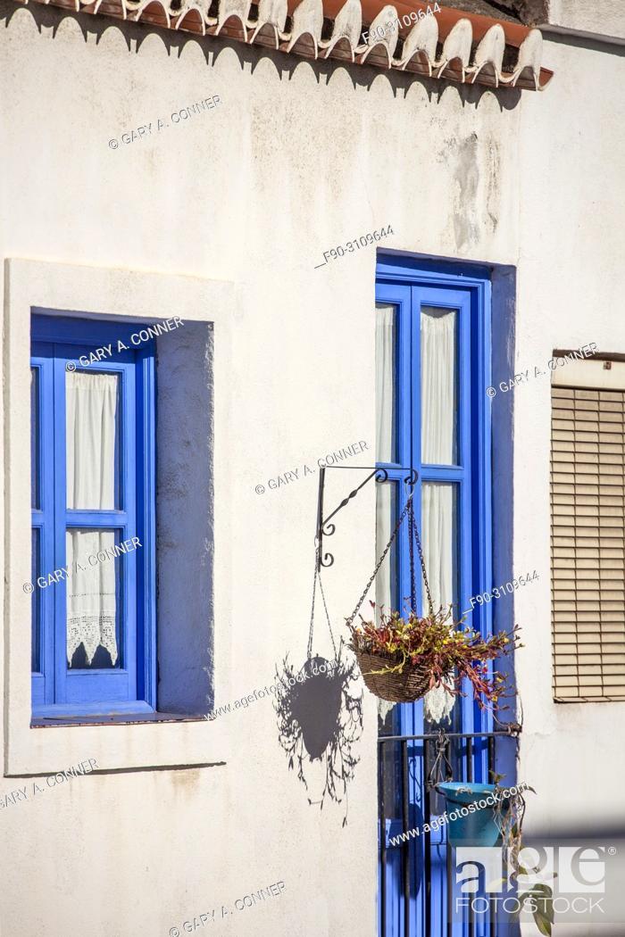 Imagen: Typical blue trim color of house in Salobreña, Granada, Spain.