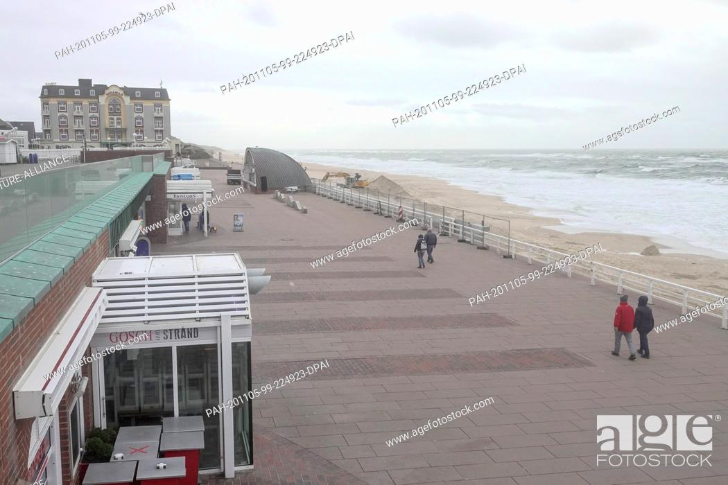 Imagen: 05 November 2020, Schleswig-Holstein, Westerland: Only few passers-by are on the beach promenade in Westerland. Due to the partial lockdown to contain the.