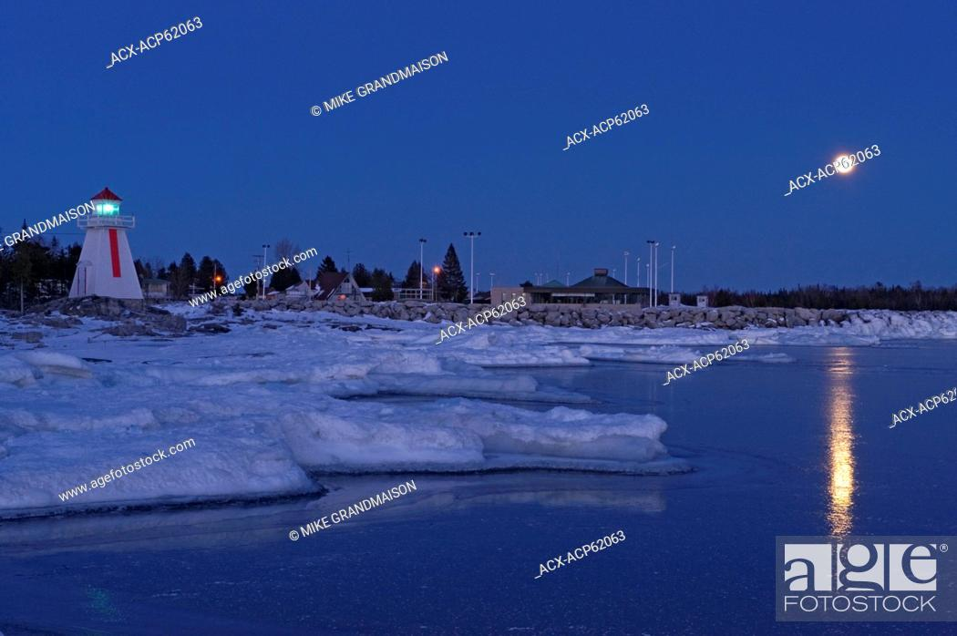 Photo de stock: Lighthouse on Georgian Bay (Lake Huron), South Baymouth, Manitoulin Island, Ontario, Canada with full moon in winter.