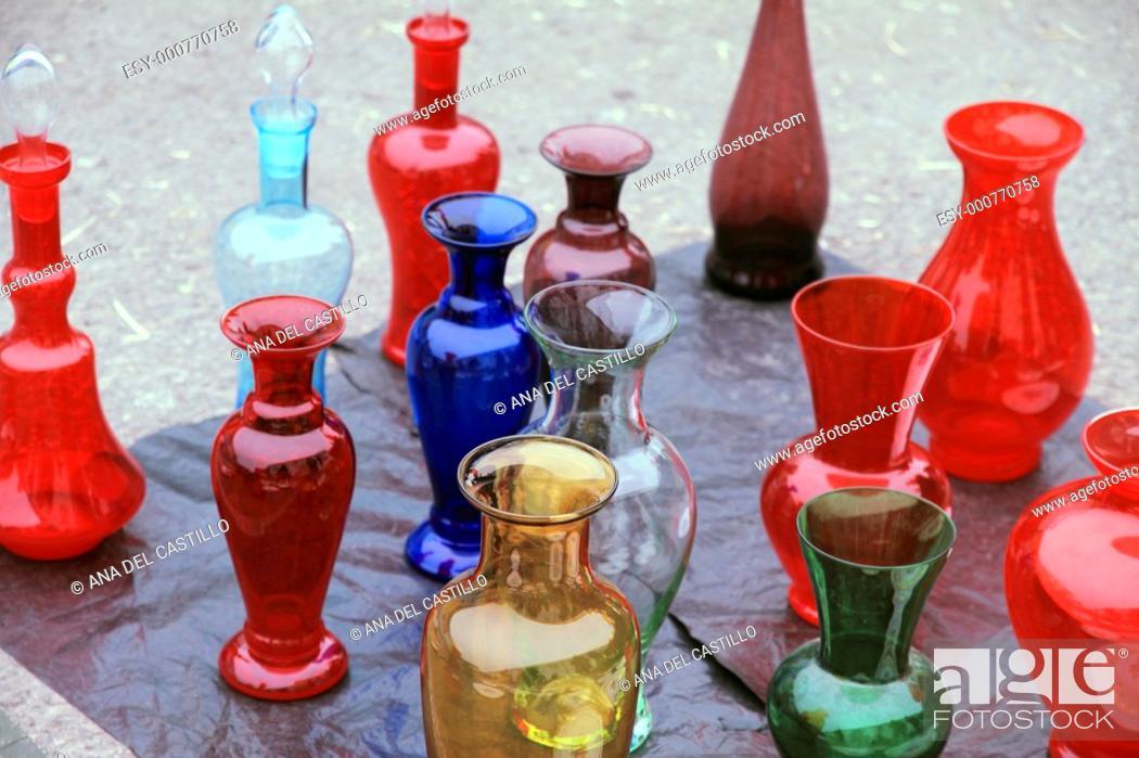 Imagen: Glass vases antiquities street market in Modena Italy.