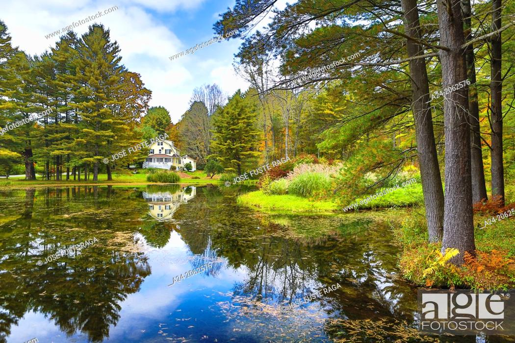 Imagen: USA ,Massachusetts, Berkshire District, Near Lee City, House and Pond.