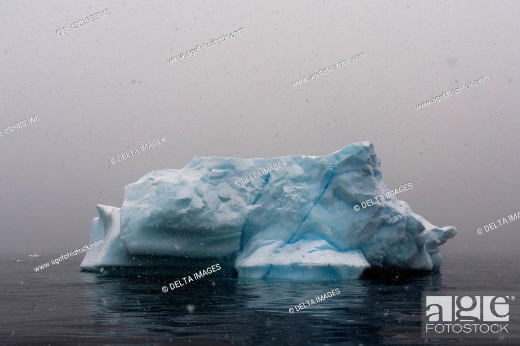 Imagen: Snowstorm over icebergs in Portal Point, Antarctica.
