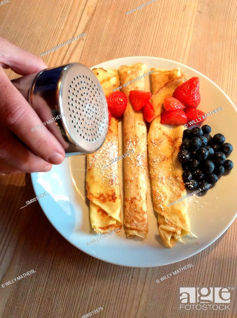 Imagen: Homemade Bavarian pancakes with strawberries, sugar powder and fresh blueberries.
