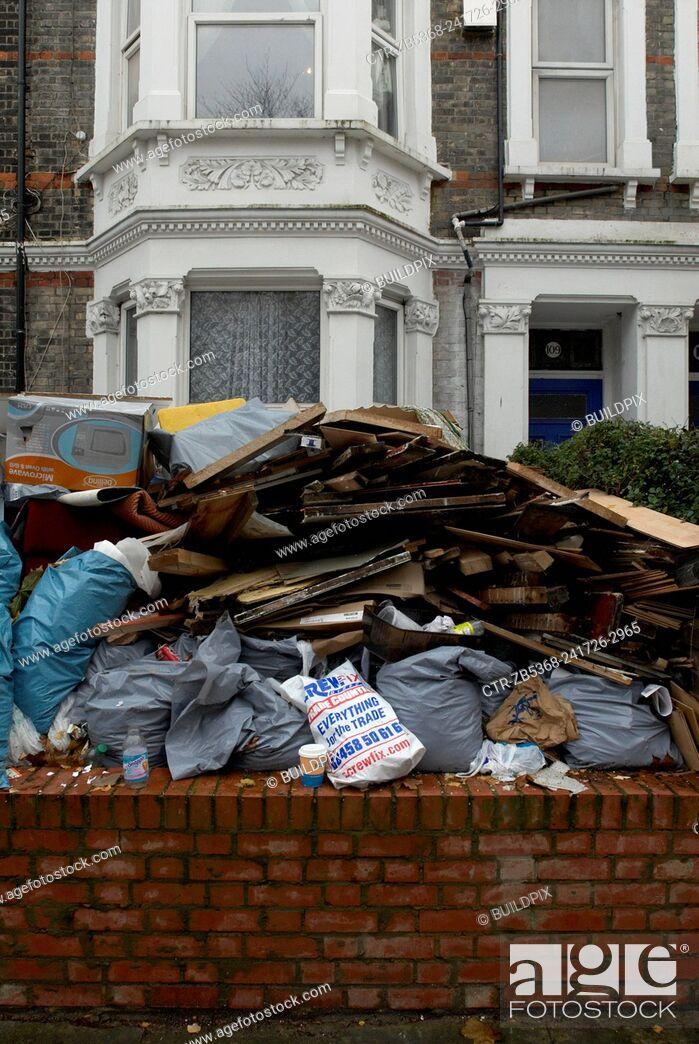 Imagen: Renovation refuse outside a house, London, UK.