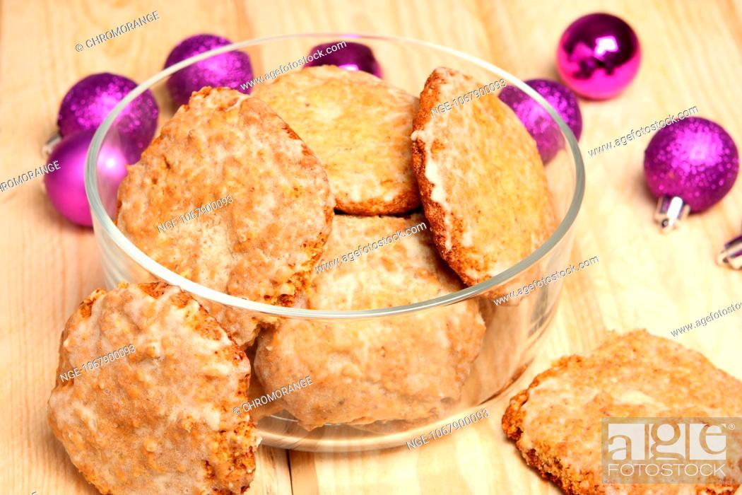 Imagen: Christmas gingerbread in glass bowl.