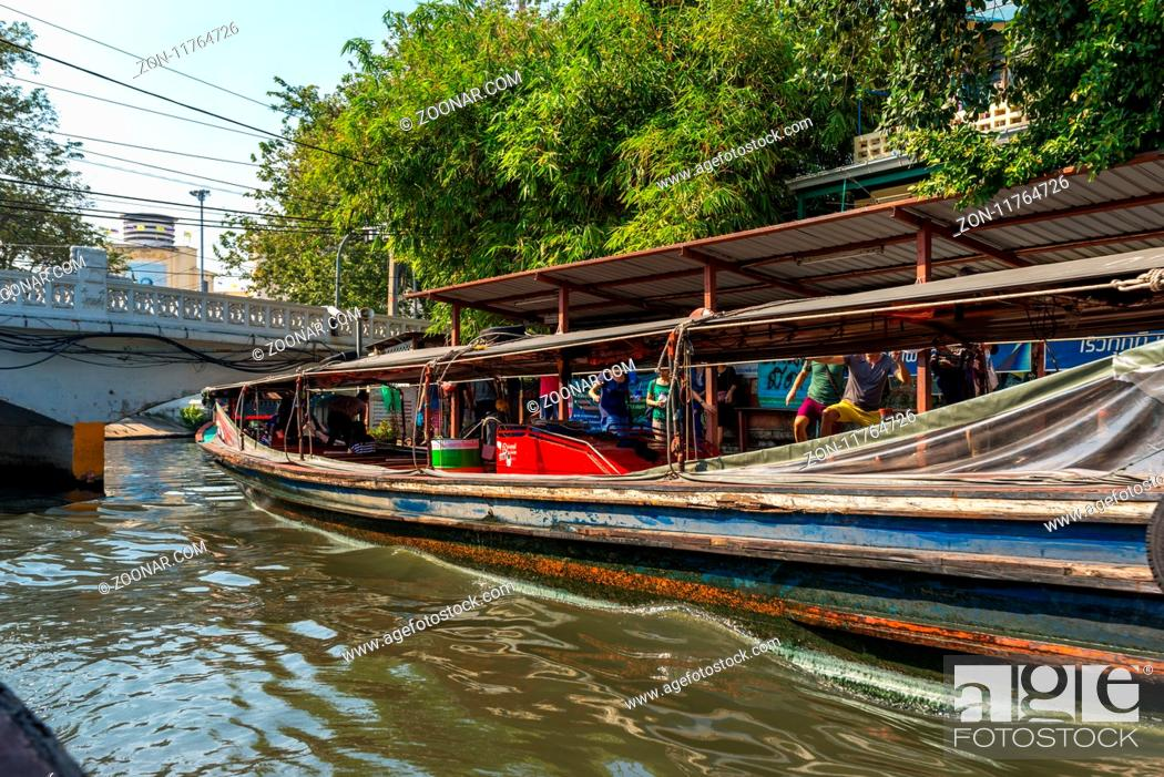Imagen: Major ferry stop on the canal. The Khlong Saen Saep boat service is a water bus operating on the Saen Saep Canal in Bangkok through the city traffic-congested.