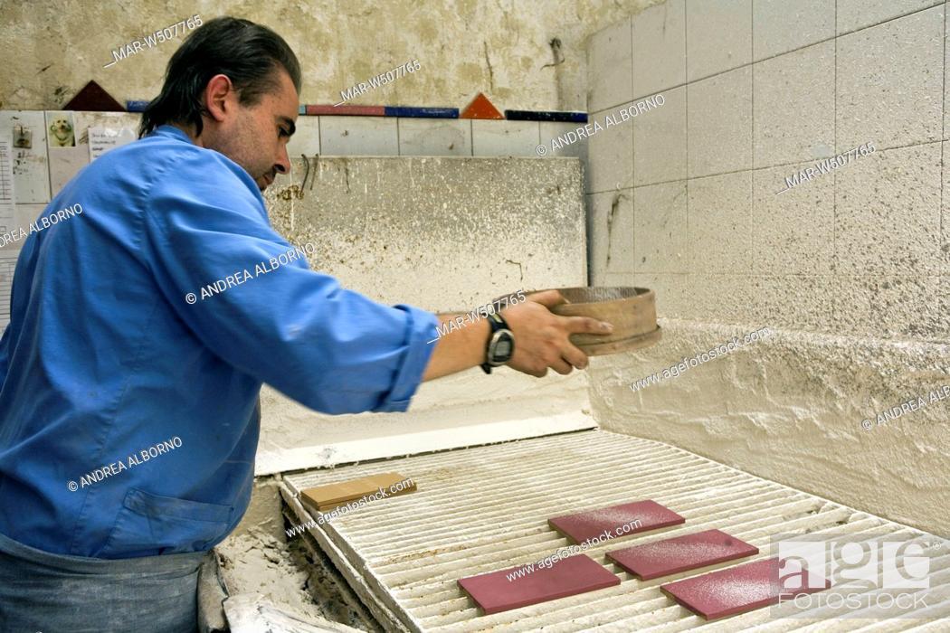 spolveratura delle piastrelle prima della cottura in forno ...