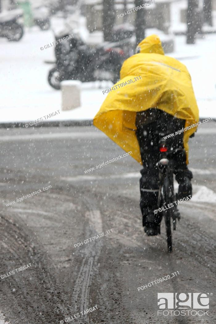 Stock Photo: France, ile de france, paris 5th arrondissement, Snow, Snowy, Snowing, December 2009, Boulevard Saint Michel, Cyclist, bike rider with a yellow protective.