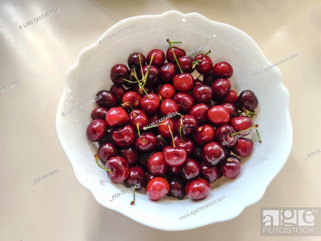 Stock Photo: Bowl with fresh cherries.